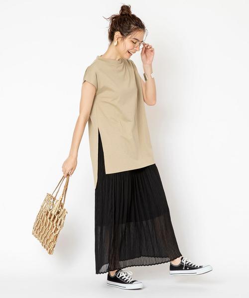 スリットTシャツ×シアープリーツスカート