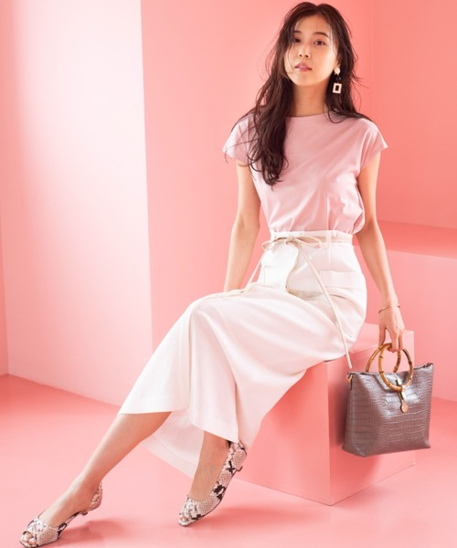 シルクのような上品なツヤで綺麗めな着こなしに仕上がるピンクTシャツ。センシュアルに腰回りのラインを引き出す白いスカートを合わせて、可愛いと色気を兼ね備えるコーディネートに仕上げましょう。 パイソン柄のシューズを添えると、ぐっと洗練度が増して大人っぽいコーデに昇華されますね。華やかで色っぽく、知性も感じさせる夏のコーデの完成です。