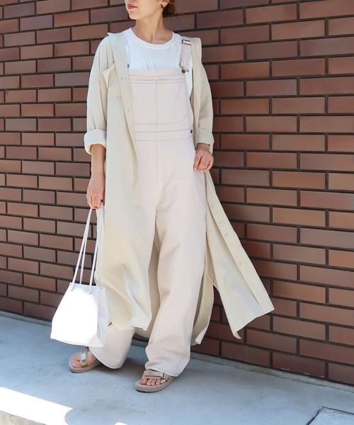 白サロペット×ロングシャツ