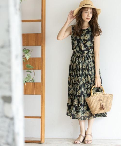 落ち着いたカラー配色でシックな雰囲気の花柄ワンピースには、ストローハットやかごバッグなどを合わせてみて。夏らしい涼しげな雰囲気が出ますよ。
