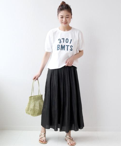 ロゴTシャツ×ロングプリーツスカート