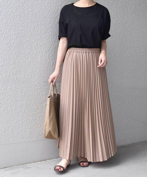 ブラックTシャツ×プリーツスカート