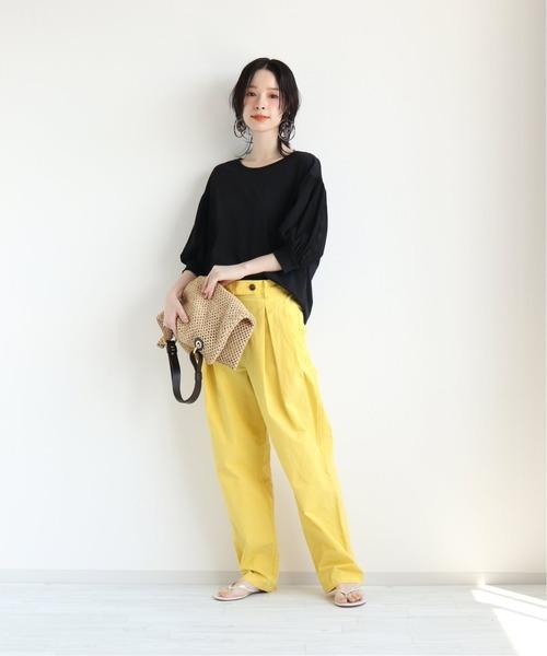 黄色カラーパンツ×黒トップスの春コーデ