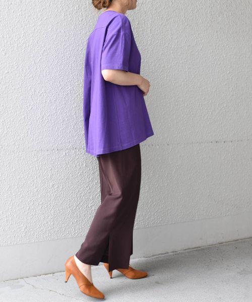 Tシャツ×ブラウンパンツの秋コーデ