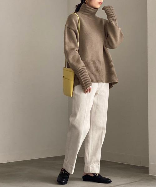 タートルネック×白パンツの11月コーデ