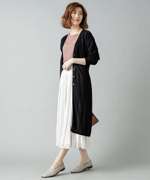 黒カーデ×白スカートのレディスタイル