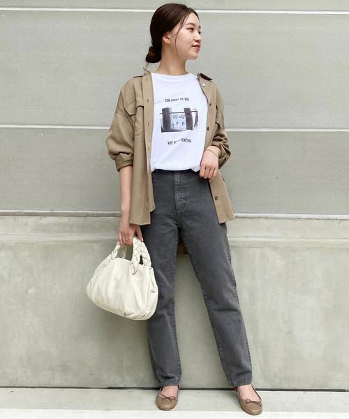 Tシャツ×ベージュシャツ×デニムの秋コーデ