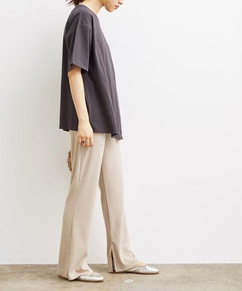 半袖Tシャツ×テレコフレアパンツ