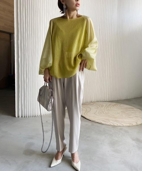シアー袖トップス×パンツの服装