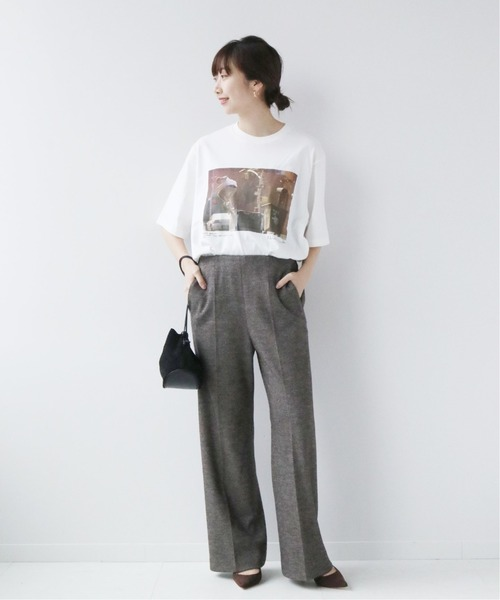 Tシャツ×グレーパンツの秋コーデ