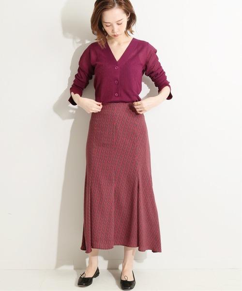 ワントーンコーデは柄スカートで存在感アップ