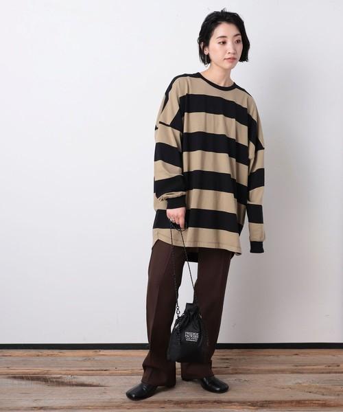 黒ボーダートップス×茶色パンツの秋コーデ