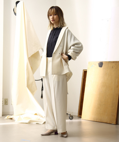 白ワイドパンツ×ドルマンジャケットの秋コーデ
