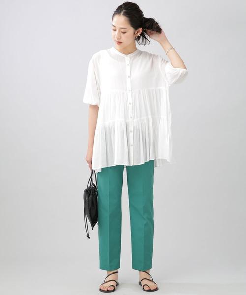 10月初旬の服装|白ブラウス×カラーパンツ