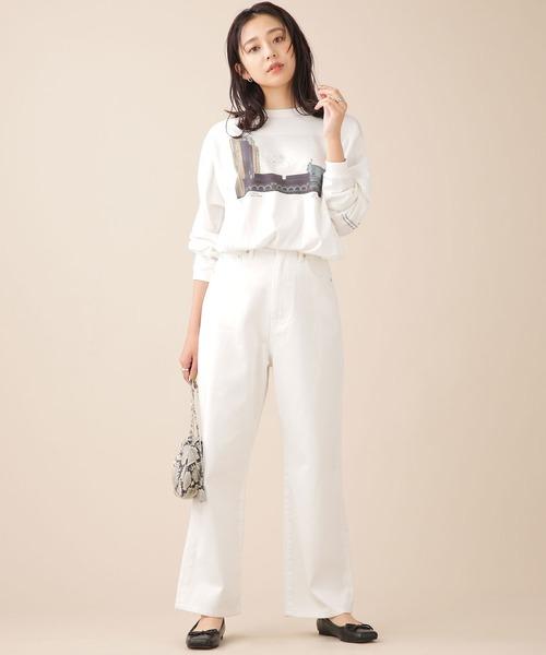 白ワイドパンツ×フォトTシャツの秋コーデ
