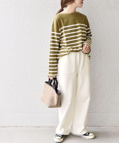 白ワイドパンツ×カーキボーダーTシャツコーデ