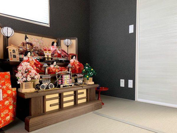 壁紙が背景として活躍する和室の内装