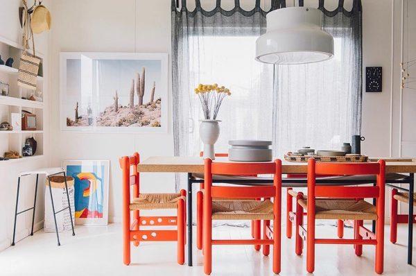 赤い椅子が遊び心を演出