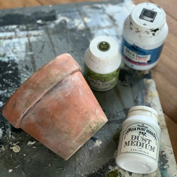 最後に黒系の塗料で汚れのイメージを出す