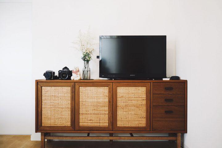テレビボードの上に置かれた2つのカメラ