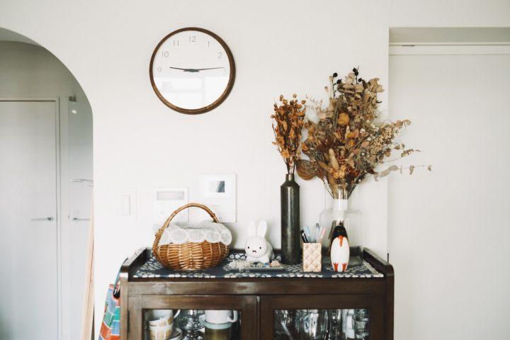 食器棚の上に飾られたドライ
