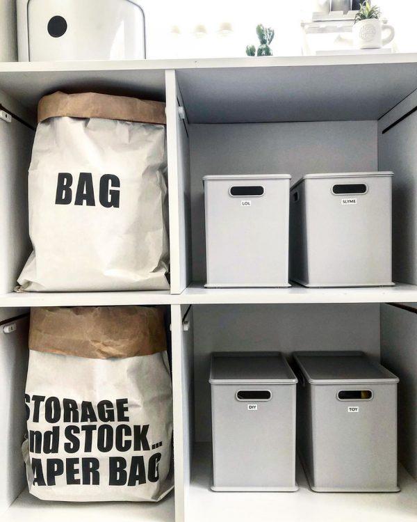 棚の収納はペーパーバッグを取り入れて