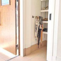 玄関はアイテムごとに賢く収納。狭いスペースを有効活用した収納術とは