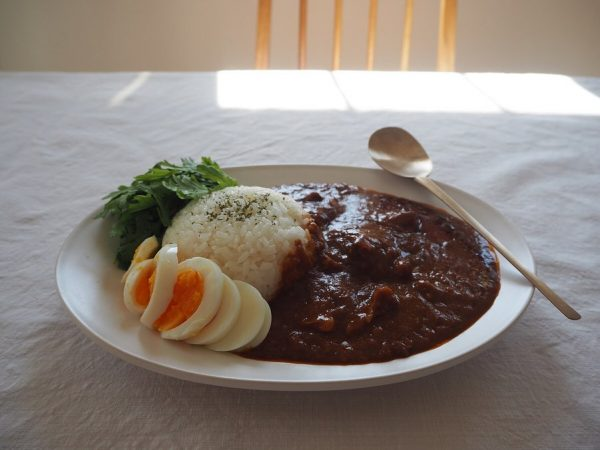 ボリュームのある牛肉のスパイシーカレー