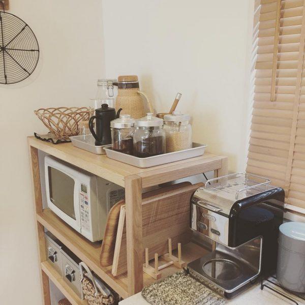 統一感のあるラックとキッチンアイテム