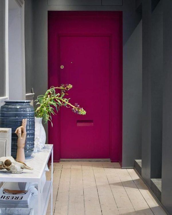 上品で華やかなピンクのドア