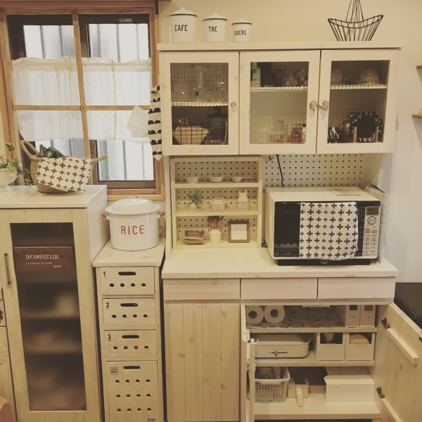 白で統一したおしゃれなキッチン背面収納