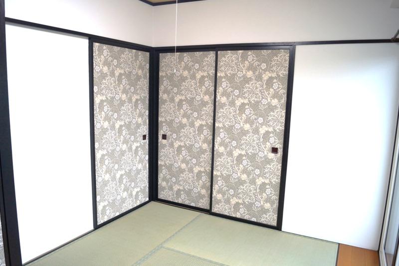 壁紙でふすまをリフォームした和室の内装