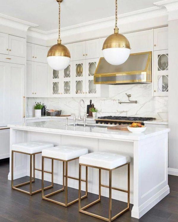 ゴールドの差し色が華やかなキッチン