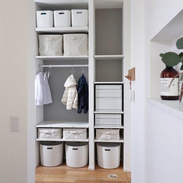可動棚で収納用品をすっきりと納める
