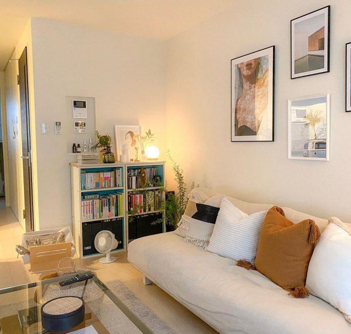 ソファのすぐ横には本棚を配置して、手に取りやすく。