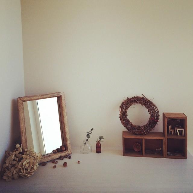 小さい鏡をさりげなく飾るアイデア実例