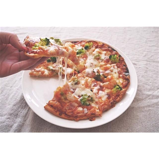 エビとブロッコリーとベーコンのピザ
