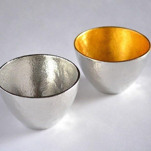 美しい錫の酒器で冷酒を味わう
