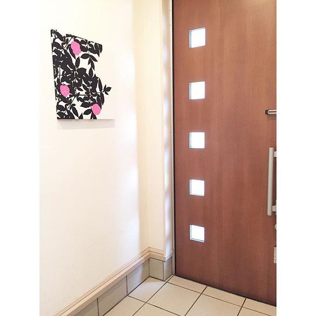 おしゃれなパネルを飾りにした玄関の壁4