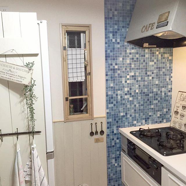 印象的な青いリメイクシートでキッチンDIY