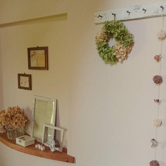 花をインテリアにした玄関の壁飾り5
