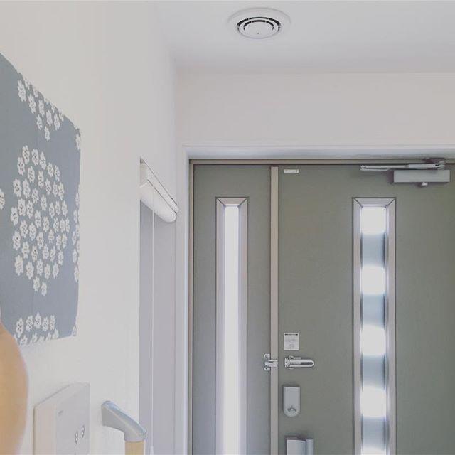 おしゃれなパネルを飾りにした玄関の壁3