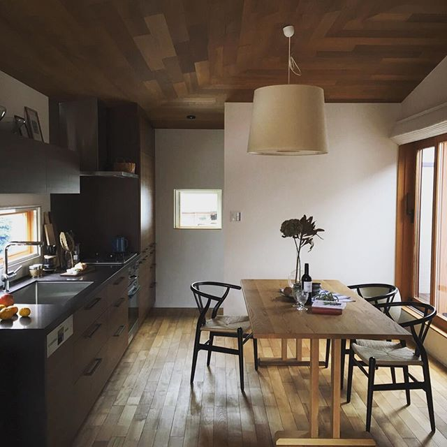 統一感を生む大きなキッチン照明
