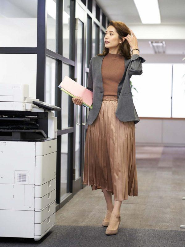 ノースリーブニット×茶色スカートの着こなし