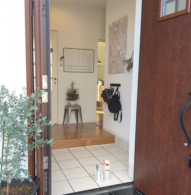 おしゃれなパネルを飾りにした玄関の壁5