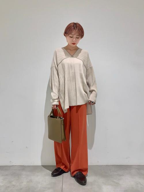 長袖Tシャツ×レンガ色パンツの秋コーデ