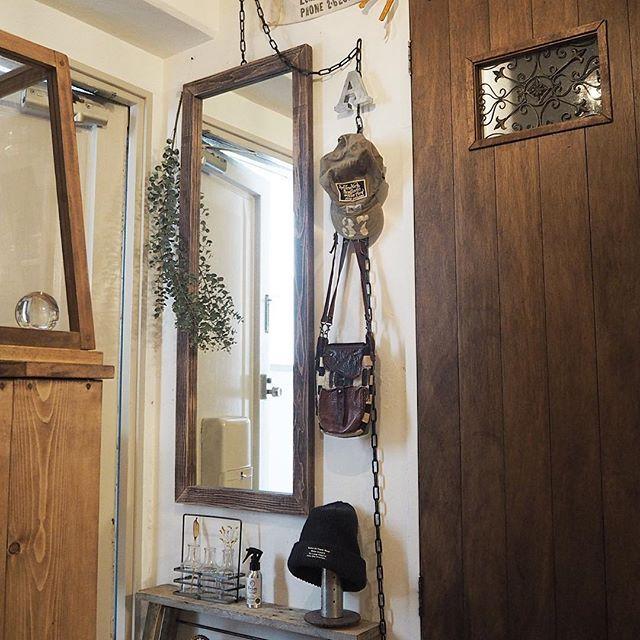 おしゃれな小物を飾った玄関の壁2