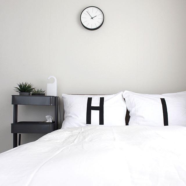 モノトーンで安眠できる寝室