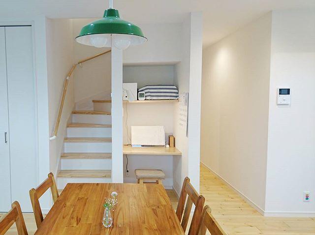 白×白木の階段は目立たない位置に