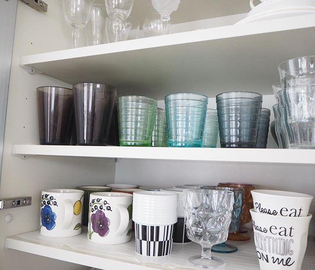 グラスやコップを棚に収納する